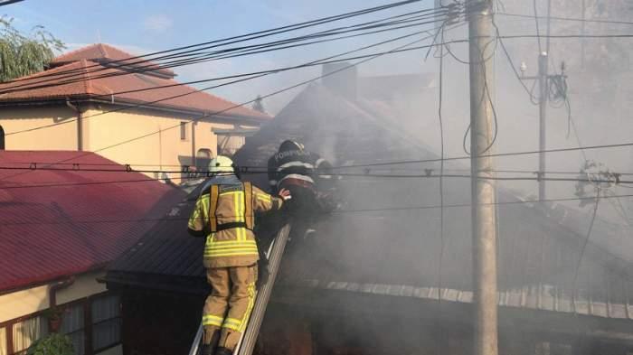 FOTO / Incendiu puternic în București! Focul a făcut scrum două case. Pompierii au intervenit de urgență