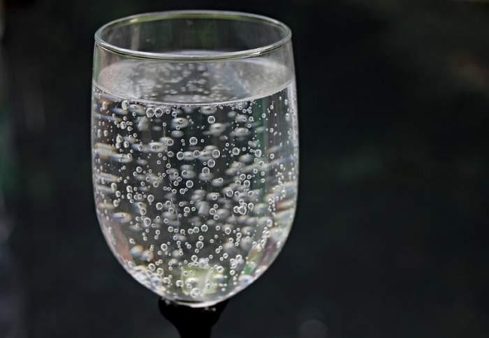 ÎNTREBAREA ZILEI: De ce nu e bine să bei apă minerală?