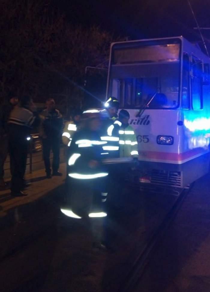 Ultima oră: O persoană a fost prinsă sub tramvai în Capitală