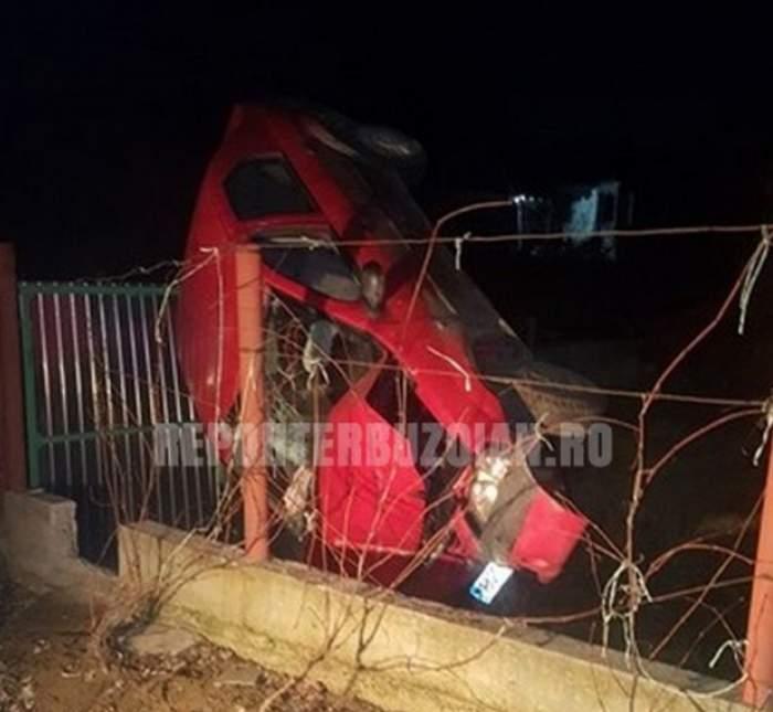 Accident spectaculos în Buzău. Un șofer fără permis a aterizat cu mașina într-o curte