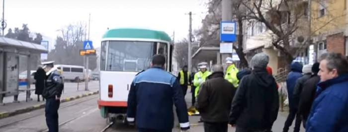 VIDEO / Accident în staţia de tramvai! Un bărbat a murit după ce a căzut sub tramvai