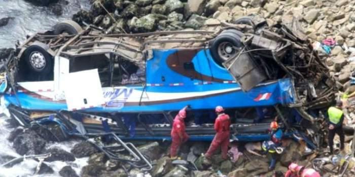 VIDEO / Accident cumplit după ce un autocar a căzut de la 100 de metri înălţime. 48 de oameni şi-au pierdut viaţa