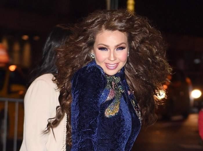 FOTO  / Apariţie surprinzătoare a Thaliei în New York. Operaţiile estetice au transformat-o într-o păpuşă Barbie