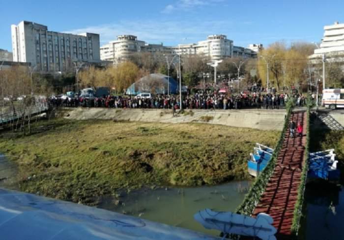 FOTO / Vremea bună i-a scos din casă! Sute de oameni au asistat la aruncarea crucii în apă de Bobotează, în Brăila