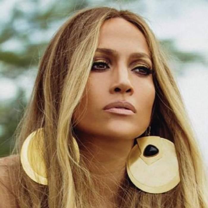 Jennifer Lopez a îmbrăcat cea mai mulată salopetă din câte există. Cum arată, de fapt, corpul divei la 49 de ani
