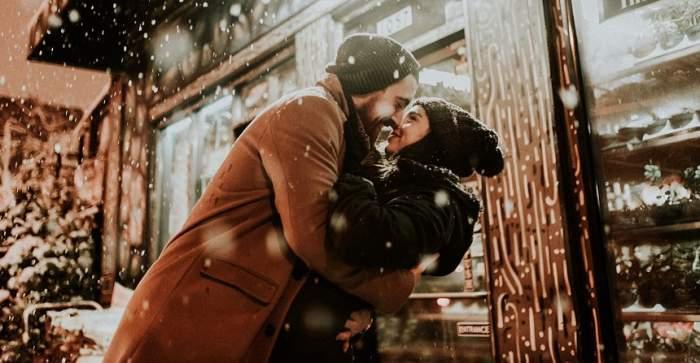 5 lucruri pe care le face înainte să te sărute! Află care sunt şi fii pregătită