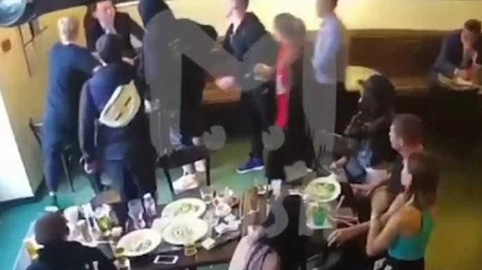 VIDEO ŞOCANT / Doi fotbalişti de top, filmaţi în timp ce loveau un bărbat! Au fost arestaţi şi vor fi daţi afară de la echipă