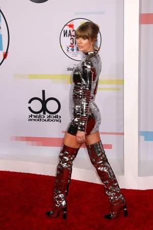 FOTO / Taylor Swift, arăți ca globul din club! Ținuta vedetei de pe covorul roșu i-a făcut pe toți să râdă
