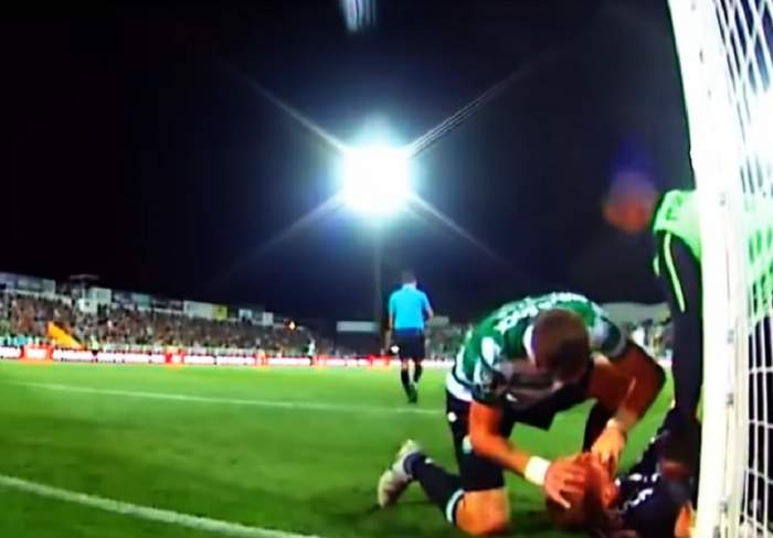 VIDEO ŞOCANT / Un fotbalist celebru, la un pas de tragedie! S-a lovit cu capul de bară şi a fost salvat de un coechipier