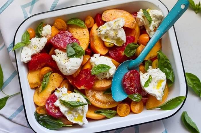 REȚETA ZILEI: Salată cu roșii, piersici și brânză feta, o explozie de arome!