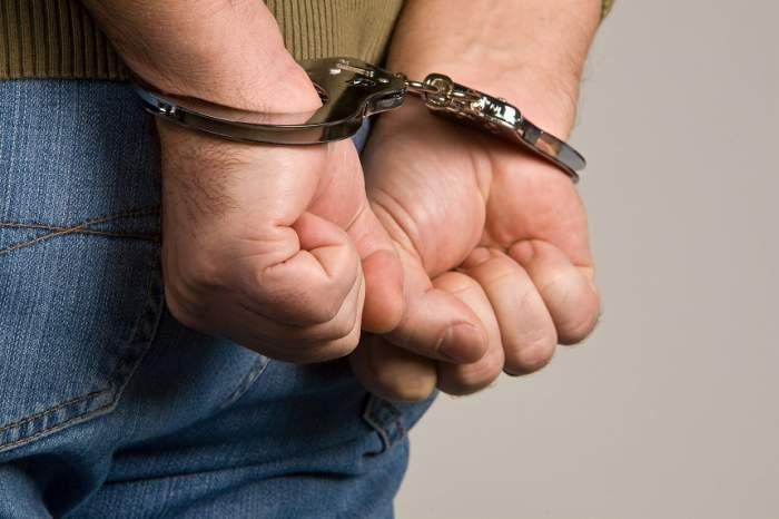 """Bărbat acuzat de 17 violuri, reținut de polițiști. Se prefăcea medic și chema femeile la """"control ginecologic"""""""