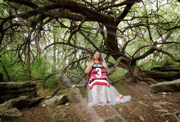 FOTO / Femeia care s-a fotografiat în rochie de mireasă alături de soţul ei mort. Este înfricoşător!