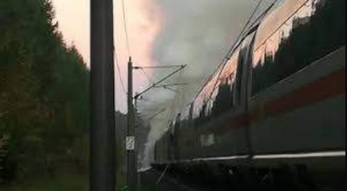 FOTO / Momente de panică pentru sute de persoane! Un tren a luat foc