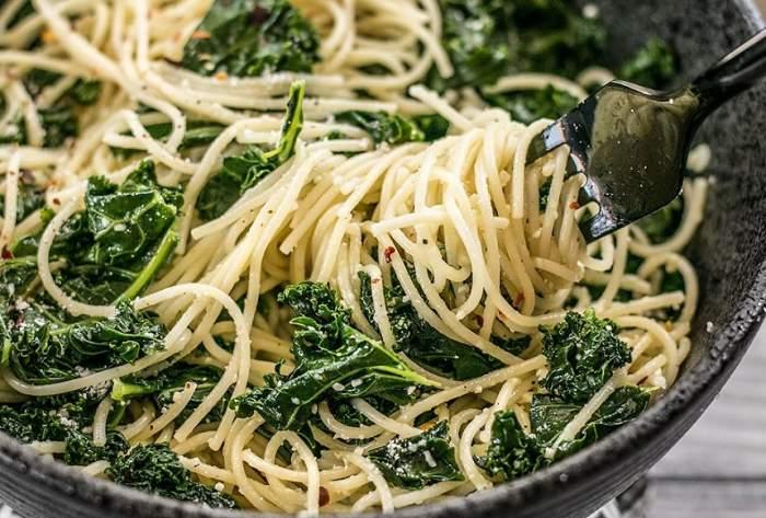 REȚETA ZILEI: Paste delicioase cu usturoi și spanac, o cină perfectă!