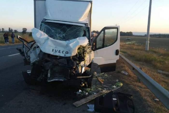Un TIR, o autoutilitară și un tractor s-au făcut praf pe DN2! Trei persoane au fost rănite