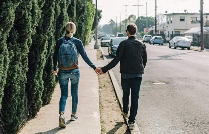 ÎNTREBAREA ZILEI! Ştii că felul în care o femeie merge pe stradă spune totul despre viaţa sa amoroasă?