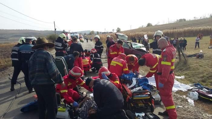 FOTO / Accident înfiorător în Mureș! O persoană a murit, iar mai mulți oameni au fost răniți. O mașină a luat foc