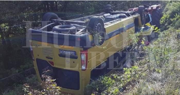 Microbuz plin cu copii, răsturnat în Hunedoara! Mai multe persoane au ajuns la spital