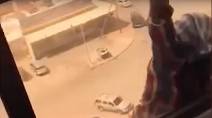 VIDEO / Nu i-a acordat ajutorul şi a filmat-o înainte să cadă în gol! Motivul este halucinant