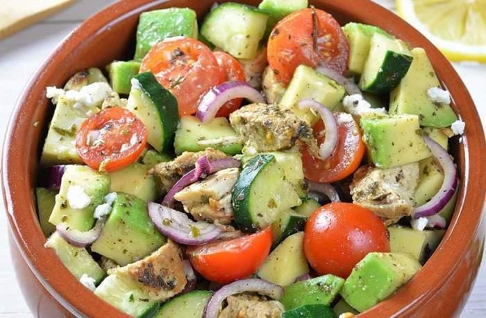 REŢETA ZILEI: Salată mediteraneană cu avocado, ideală pentru silueta ta!