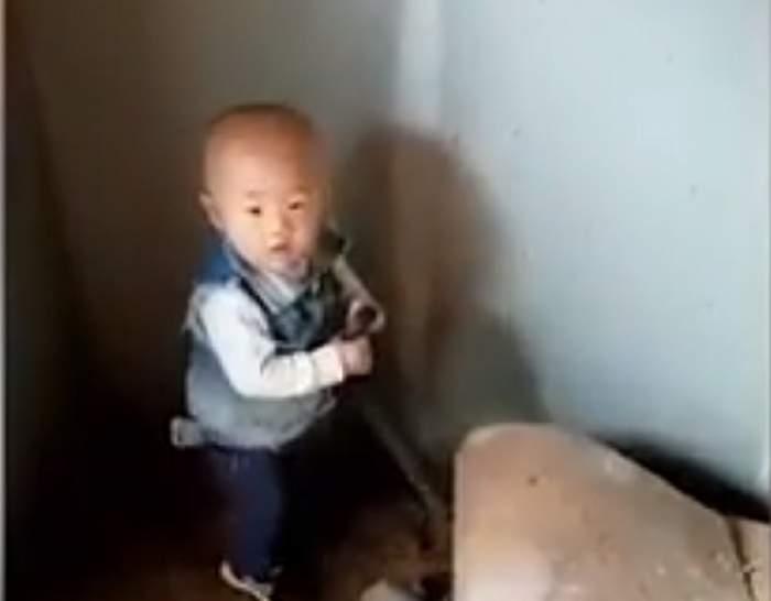 VIDEO / Un copil de doi ani se joacă cu un şarpe înfiorător sub privirea părinţilor