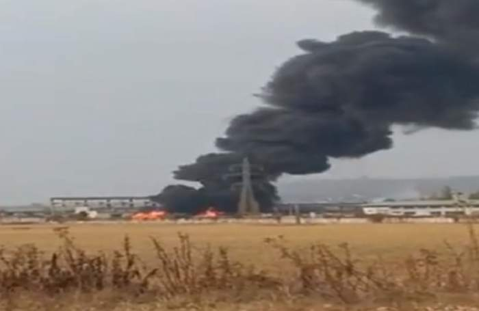 VIDEO / Incendiu puternic la un depozit în Prahova! Mai multe echipaje de pompieri intervin