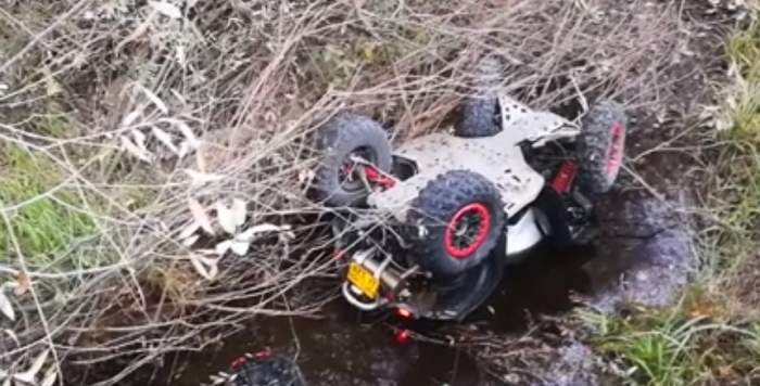 FOTO / Un tânăr de 24 de ani a murit după ce a căzut cu ATV-ul într-un pârâu