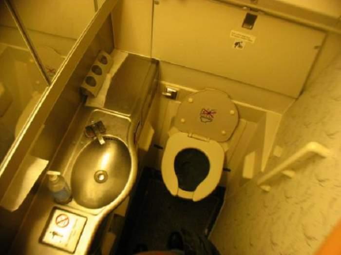 FOTO / Sex în toaleta pentru oameni cu handicap! Un hoț de parfumuri şi iubita lui s-au dezlănţuit