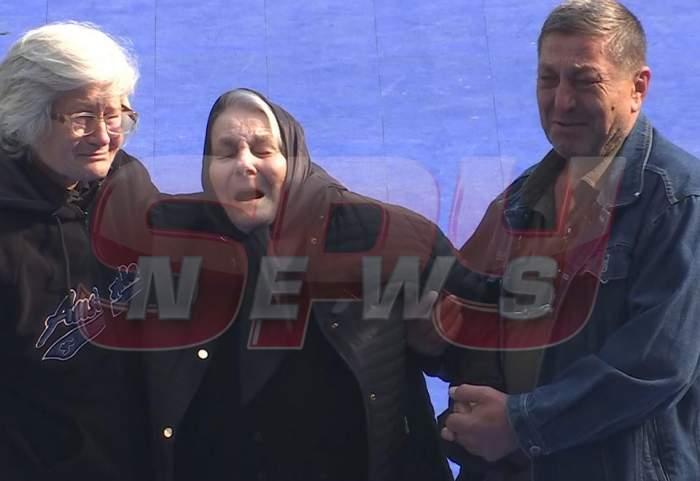 FOTO / Imaginile durerii! Mama lui Ilie Balaci, cărată spre ieșirea din stadion, în lacrimi și urlete