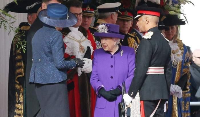 FOTO / Regina Elisabeta a atras toate privirile cu ținuta îmbrăcată la un eveniment. Ce simbolizează culoarea pe care a ales-o