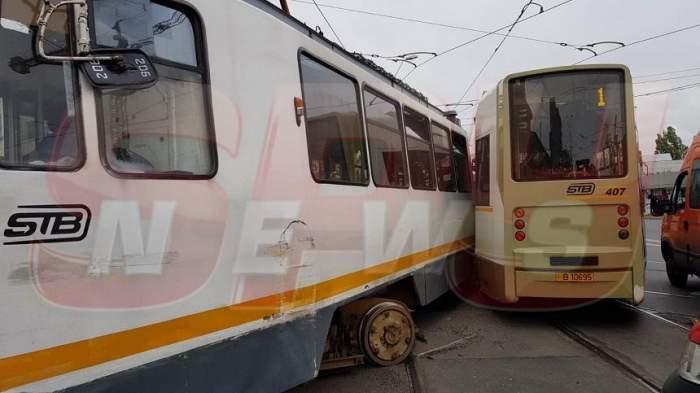 VIDEO& FOTO / Accident în București! O femeie primește îngrijiri medicale, după ce două tramvaie s-au ciocnit
