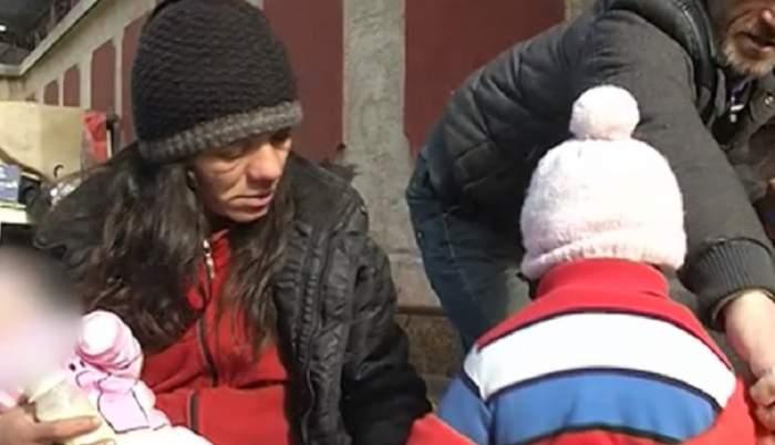 """VIDEO / Cutremurător! Bebeluși gemeni, abandonați în frig, la colțul străzii: """"N-au unde să doarmă"""""""