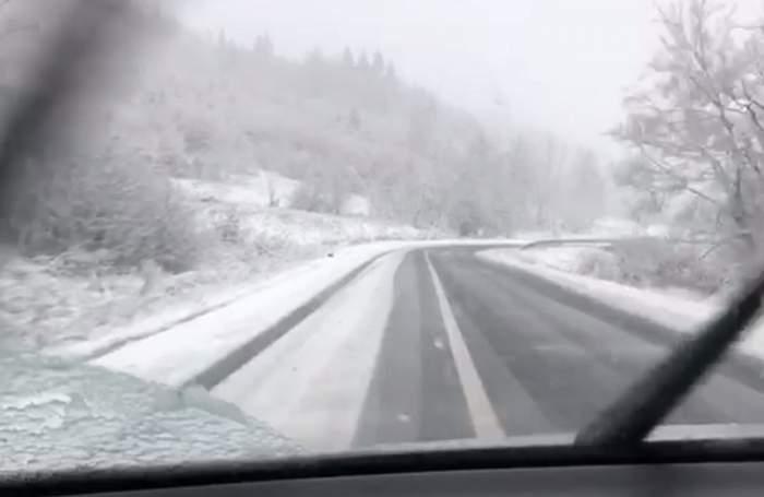 FOTO / Restricţii de circulaţie din cauza zăpezii! Mai multe TIR-uri au derapat
