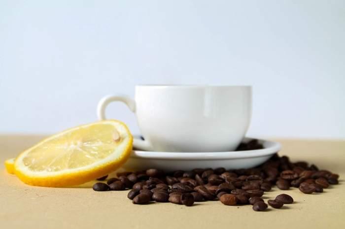 ÎNTREBAREA ZILEI: Știi care sunt beneficiile unui strop de zeamă de lămâie în cafea?