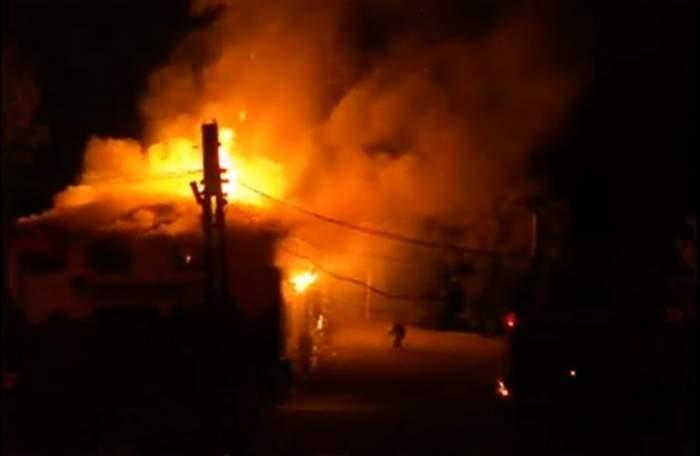 VIDEO / Incendiu devastator la o pensiune din Buzău. Pompierii se luptă cu flăcările de câteva ore
