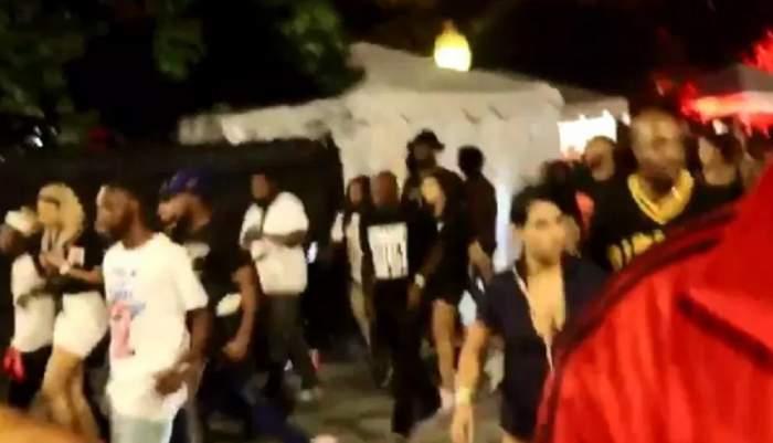VIDEO / Fanii unui rapper s-au călcat în picioare în timpul concertului, după ce un bărbat a auzit focuri de armă