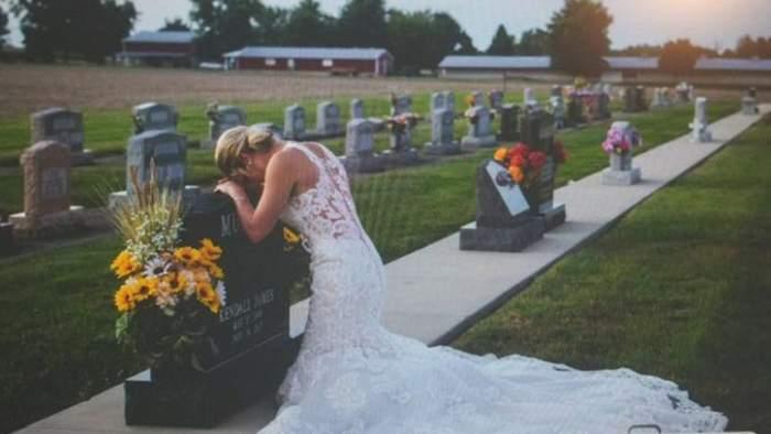 FOTO / Ţi se face pielea de găină! O mireasă plânge la mormântul iubitului, în ziua în care trebuia să facă nuntă