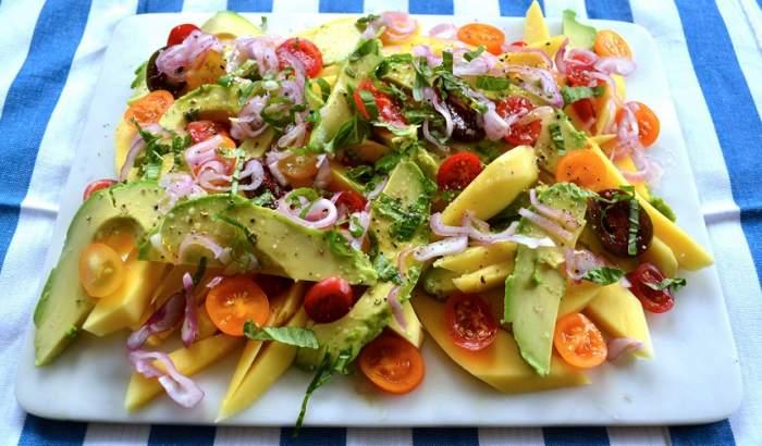 REȚETA ZILEI: Salată delicioasă cu mango, quinoa și avocado