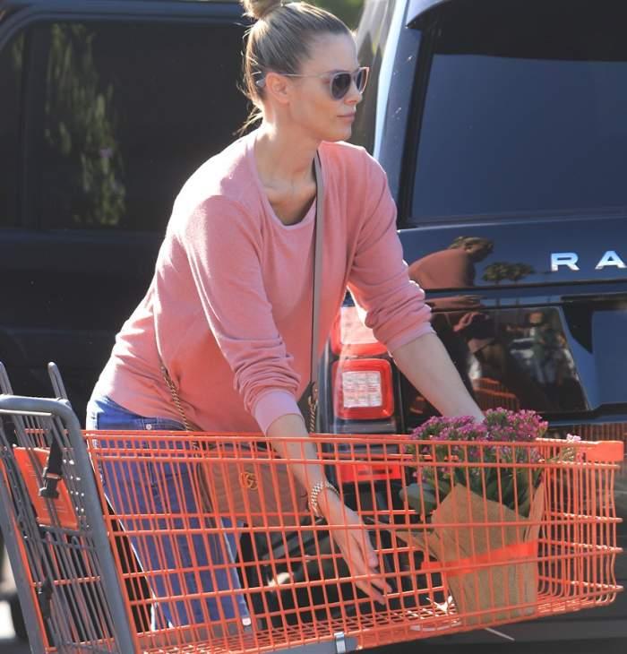 """FOTO / Eddie Murphy nu își menajează logodnica însărcinată. Paige Butcher se """"luptă"""" cu un cărucior plin de cumpărături"""