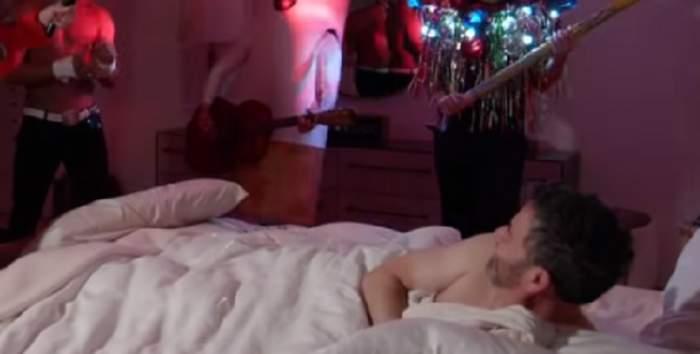 VIDEO / Prezentator TV surprins dezbrăcat, după ce prietenii au vrut să-i facă o petrecere surpriză