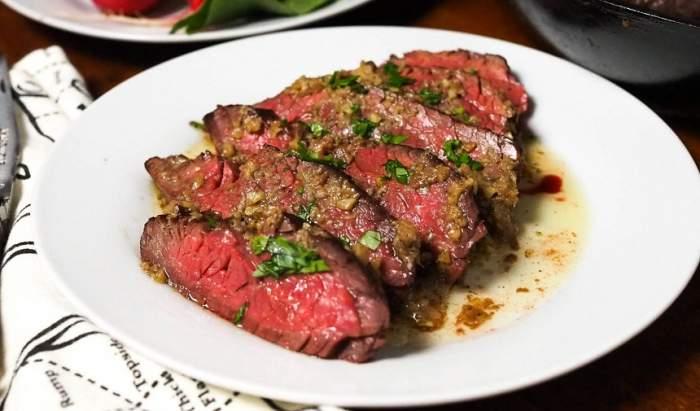 REȚETA ZILEI: Steak de vită cu salsa de roșii și anșoa, prânzul care îi va cuceri pe cei dragi!