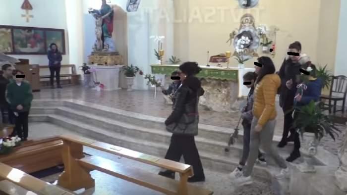 VIDEO / Rămâi fără cuvinte! Cei trei copii ai Violetei, românca arsă de vie în Italia, își conduc mama pe ultimul drum