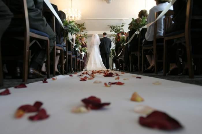 Ajunsă la Altar, o mireasă a citit mesajele trimise de amantă logodnicului, în fața tuturor. Cum a reacționat bărbatul