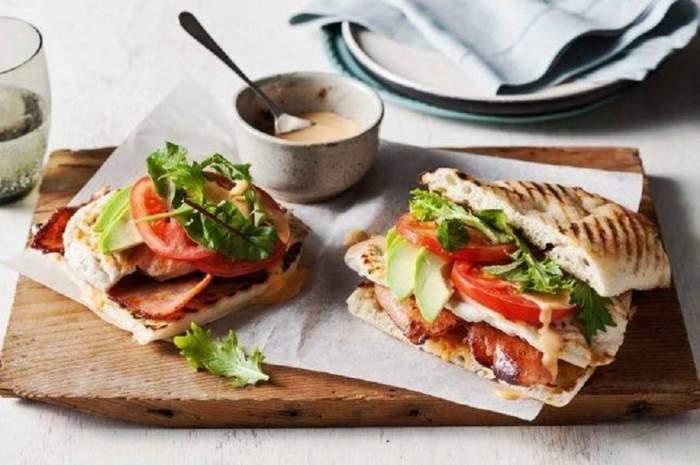 REȚETA ZILEI: Burgeri cu pui și bacon la cuptor, pentru un început de săptămână perfect