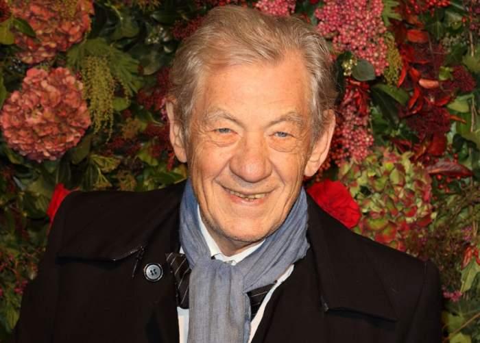 """FOTO / Sir Ian McKellen, """"Gandalf"""" din """"Stăpânul Inelelor"""", de nerecunoscut la aproape 80 de ani! Cum s-a afișat actorul, la un eveniment"""