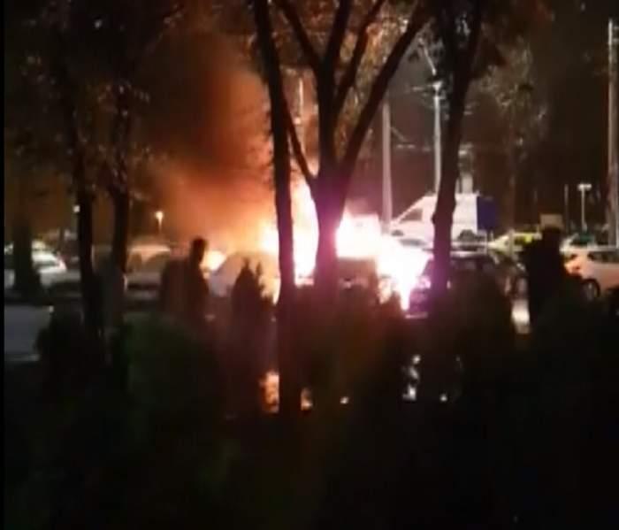 VIDEO / Mai multe mașini au luat foc într-o parcare din Capitală
