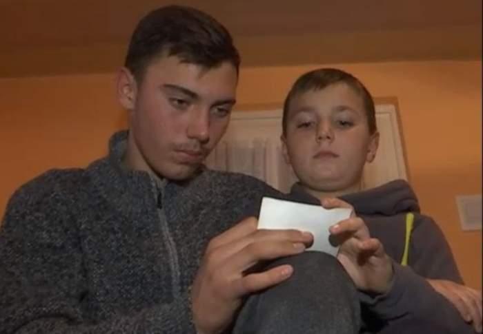 VIDEO / Tată la 16 ani pentru fratele mai mic. Ionuţ este stâlpul familiei, după ce mama i-a murit în urmă cu şase luni