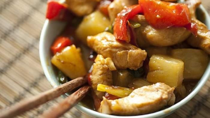 REȚETA ZILEI: Pui cu ananas la tigaie, pentru cina unei duminici perfecte