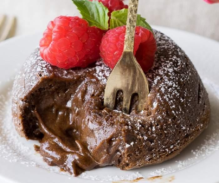 REȚETA ZILEI: Lava cake cu ciocolată și avocado. Inedit și delicios!