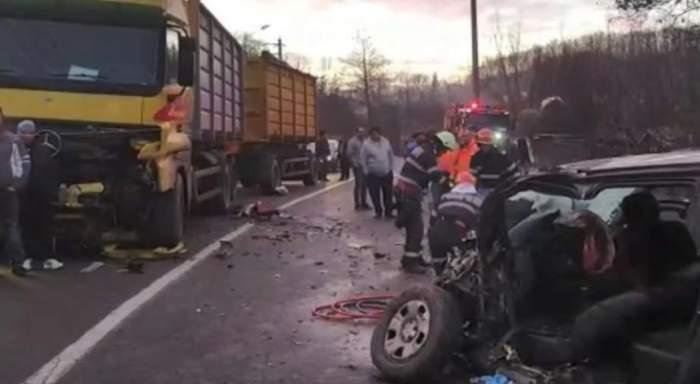 VIDEO / Tragedie la Curtea de Argeș! Un tânăr de 23 de ani a murit strivit, după ce a intrat cu mașina într-un TIR